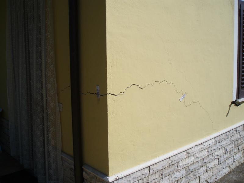 Cedimento della casa un rinforzo alle fondamenta della for Resina per crepe nei muri