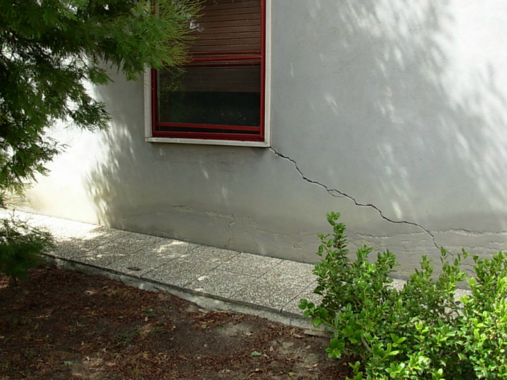 Cedimenti differenziali fondazioni di casa novatek li risolve for Resina per crepe nei muri